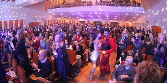 """Terzo tutto esaurito della stagione: il pubblico goriziano si è fatto travolgere da """"La febbre del sabato sera"""" (© Teatro Verdi di Gorizia)"""