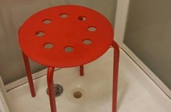 Uomo compra una sedia da ikea e rimane incastrato con il testicolo