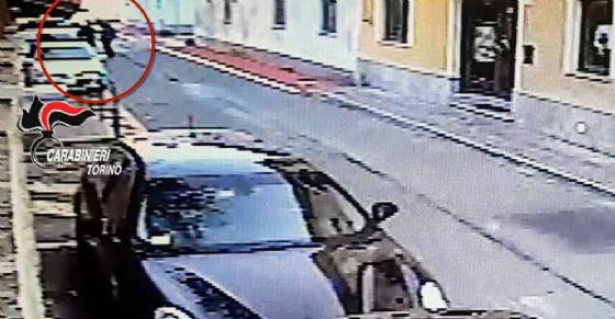 Un fotogramma del video davanti ai carabinieri (© Carabinieri)
