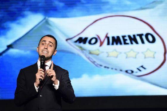 Luigi Di Maio interviene durante la proclamazione del candidato presidente del Movimento 5 Stelle per la Regione Lombardia