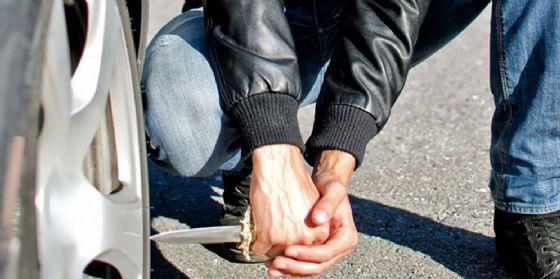 Lasciato dall'ex fidanzata si vendica sull'auto e le taglia le gomme