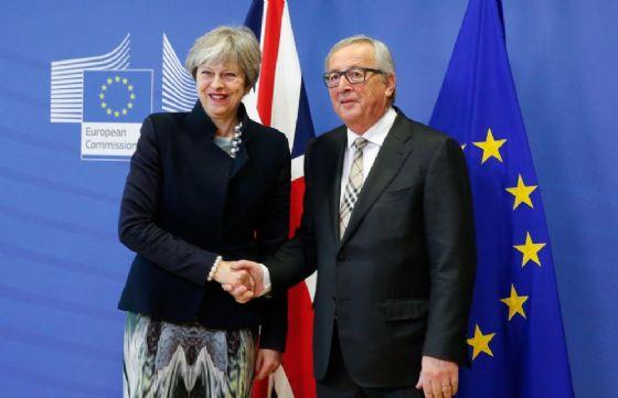 La stretta di mano tra Theresa May e Donald Tusk oggi a Bruxelles