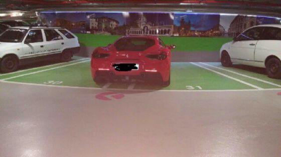 Ferrari occupa sue posteggi: l'indignazione dei social