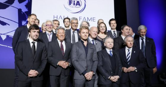 La foto di gruppo dei campioni alla presentazione della Hall of fame Fia a Parigi