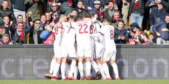 La gioia dei rossoneri dopo il primo gol di Bonaventura a Benevento
