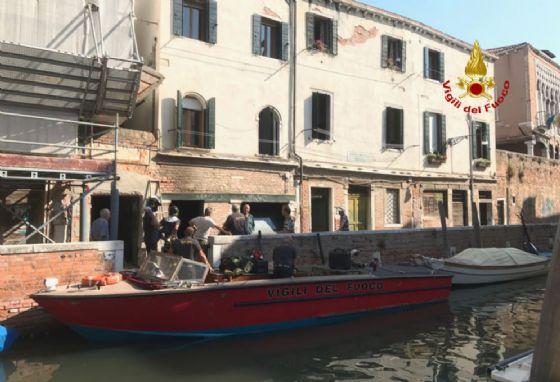 L'intervento dei vigili del fuoco a Venezia