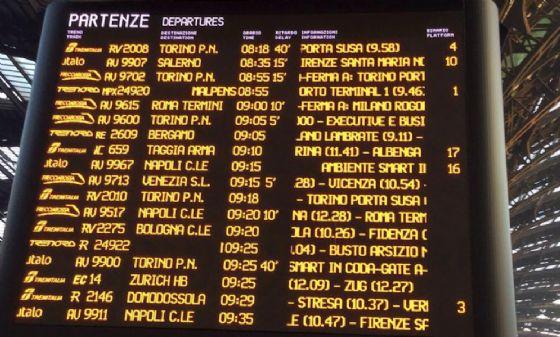Tabellone delle partenze a Milano. Per Torino ci sono 40 minuti di ritardo (© Diario di Biella)