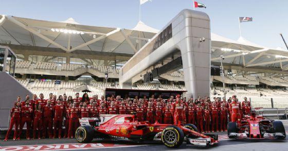 La foto di gruppo di fine anno del team Ferrari