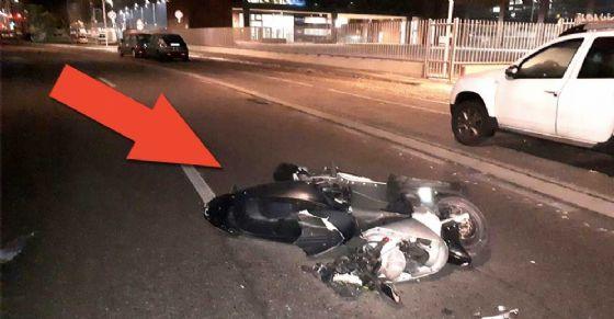 La moto rimasta a terra dopo l'incidente