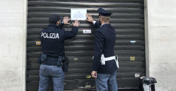 I poliziotti chiudono il Bar Alea (© Questura Torino)