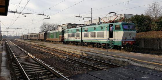 Il treno storico con la carrozza presidenziale in viaggio verso il Friuli (© Comitato Pendolari Alto Friuli)
