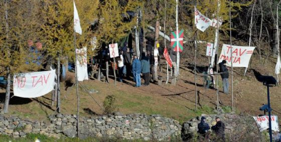 Bombe carta contro le forze dell'ordine: arrestati 2 attivisti dell'Askatasuna di Torino