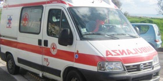 Automobile contro un furgone: una persona finisce all'ospedale