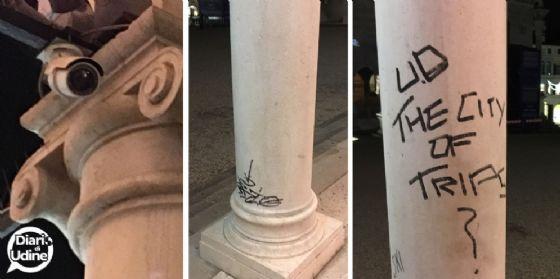 Piazza Libertà: i vandali 'regalano' alla città nuove scritte (© Diario di Udine)
