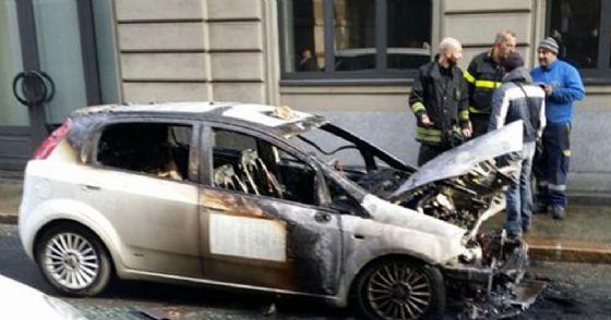 Taxi in fiamme in centro città