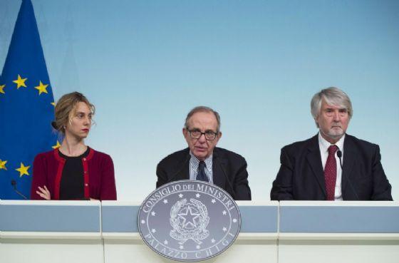 Il ministro dell'Economia Pier Carlo Padoan con a sinistra il ministro della Pubblica amministrazione Marianna Madia e a destra il ministro del Lavoro Giuliano Poletti