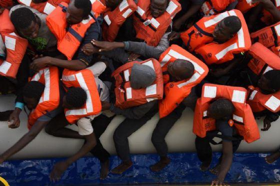 Un gruppo di migranti arrivano al porto di Palermo a bordo di un barcone