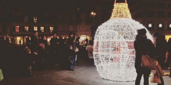 """""""Il tuo scatto con la sfera natalizia"""" in piazza San Giacomo: al via il contest fotografico"""