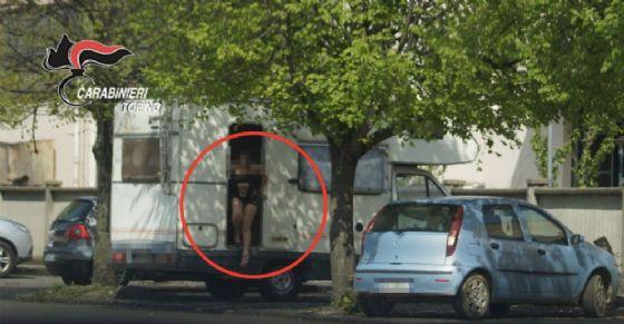 Le prostitute costrette a fare sesso a pagamento nei camper