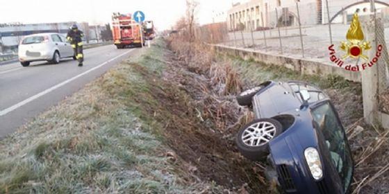 Carambola fra 2 auto e un tir cisterna: tre feriti (© Vigili del Fuoco)
