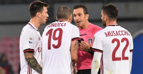 L'arbitro internazionale Doveri discute con alcuni calciatori del Milan