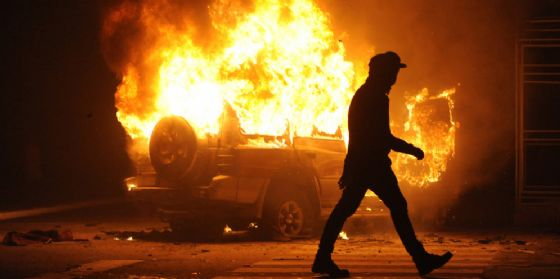 AZZANO DECIMO - Incidente stradale in piena notte sulla A28 in direzione Conegliano-Portogruaro (km 13) dopo l'entrata di Azzano Decimo. Sulla carreggiata un auto in fiamme. Alla guida una donna di 19 anni uscita autonomamente dalla vettura capottata (© Shutterstock.com)