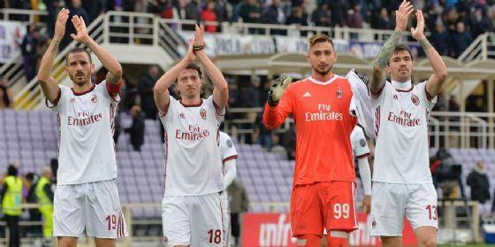 Il saluto dei rossoneri dopo il pareggio di Firenze