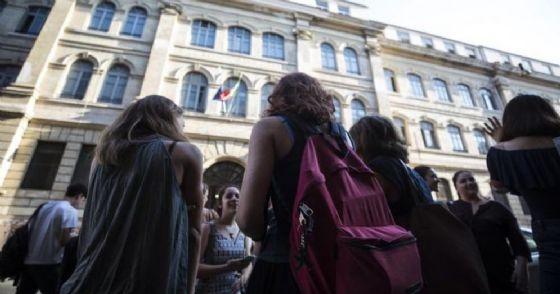 Roma: studenti all'esterno dello storico Liceo Tasso