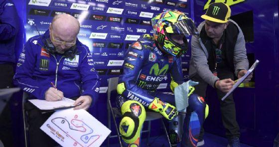 Il capotecnico Silvano Galbusera a fianco di Valentino Rossi nel box della Yamaha