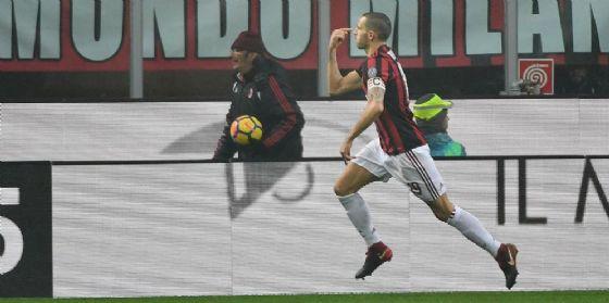 Capitan Bonucci esulta dopo il gol al Crotone