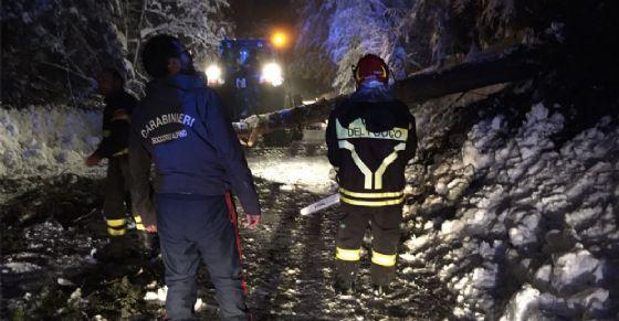 Carabinieri e vigili del fuoco in montagna
