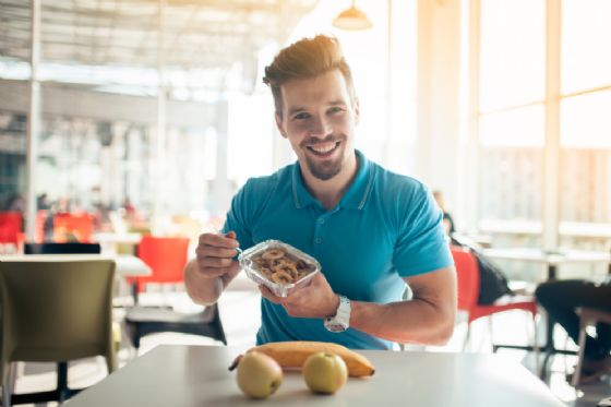 Uomini che mangiano da soli sono a rischio obesità +45%