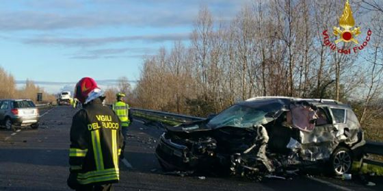 Frontale auto-furgone sulla Cimpello-Sequals: automobilista muore tra le lamiere (© Vigili del Fuoco)