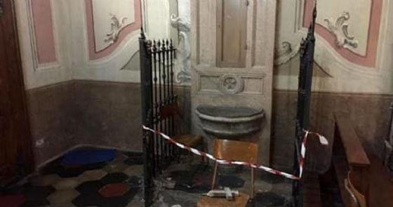 Il battistero danneggiato nella chiesa di San Giuliano, in via Foa a Vercelli