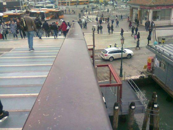 Turisti sbagliano manovra e finiscono con l'auto sulla riva del Canal Grande