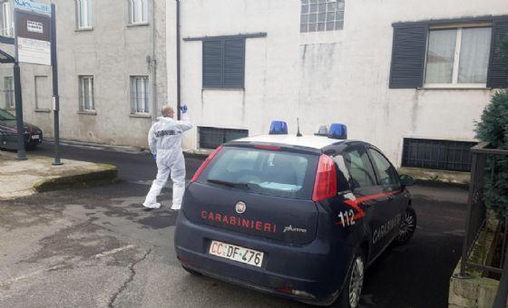 Carabinieri della scientifica compiono rilievi all'esterno dell'abitazione di Sozzago (© ANSA)