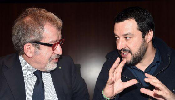 Il governatore della Regione Lombardia Roberto Maroni con il segretario della Lega Matteo Salvini