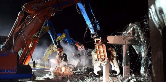 Lavori terza corsia: autostrada chiusa per la demolizione di un cavalcavia