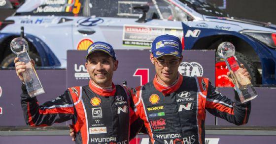 Thierry Neuville con il suo copilota e, sullo sfondo, la Hyundai i20