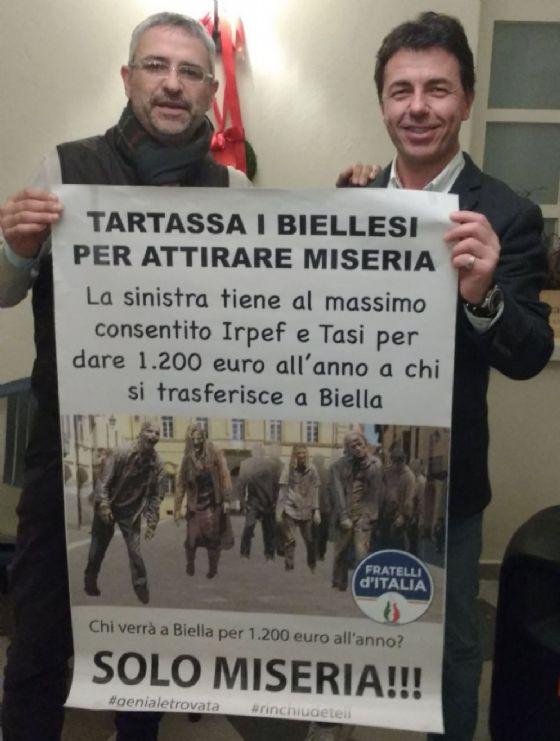 Uno dei manifesti, sostenuto da Daniele Camatel e Walter Garizio (© Diario di Biella)