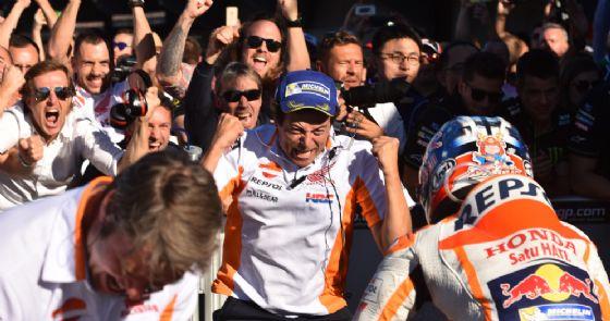 I festeggiamenti del team Honda per l'ultima vittoria del 2017 a Valencia