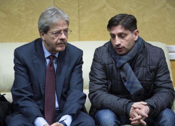 Il premier Paolo Gentiloni con un lavoratore dell'Embraco all'aeroporto di Caselle
