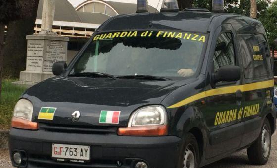False camicie italiane dall'Ungheria: scoperto traffico da 3,5 milioni