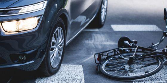 Una macchina e una bicicletta travolta