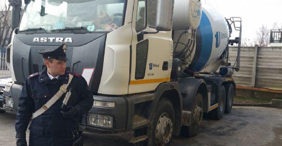 «Li investo tutti con la mia betoniera» (© Carabinieri)