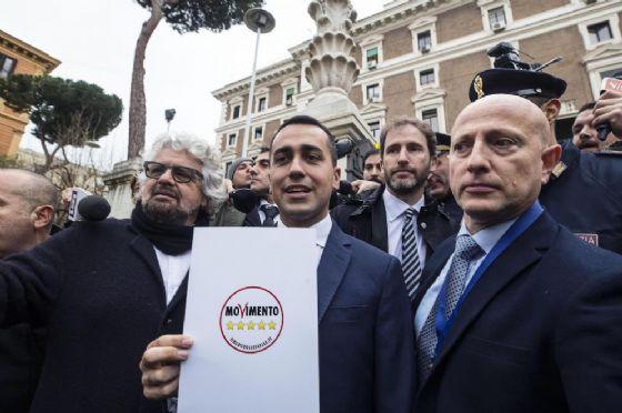 Beppe Grillo e Luigi Di Maio davanti al Viminale con il simbolo del Movimento Cinque Stelle.