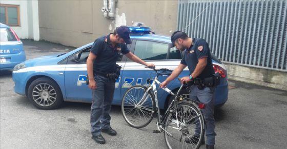 Polizia ferma ladro di biciclette (Immagine d'archivio)