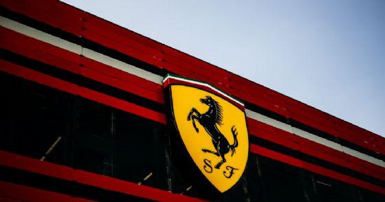 Il logo del Cavallino rampante della Ferrari sulla facciata della Gestione sportiva di Maranello