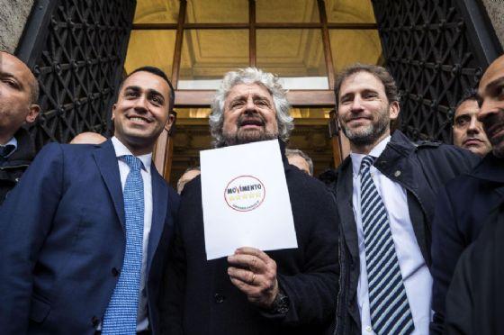 Beppe Grillo con Luigi Di Maio e Davide Casaleggio durante la presentazione dei simboli elettorali al Viminale