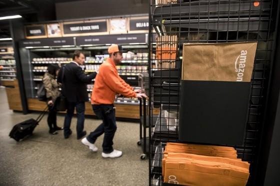 Amazon apre il supermercato del futuro: niente casse e un cestino virtuale